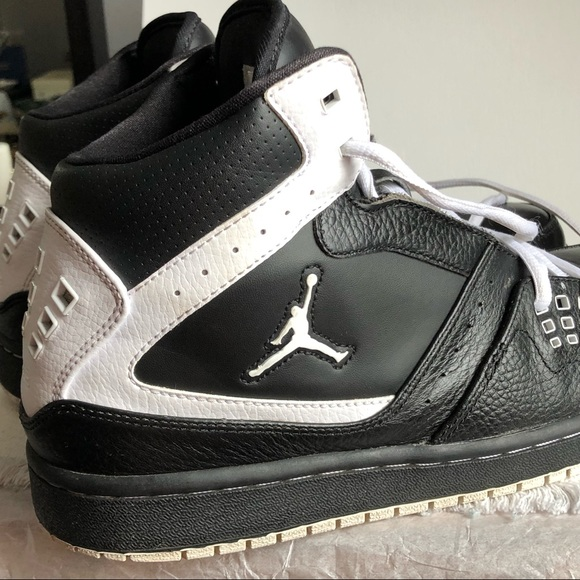 488a52fa6a0058 EUC Nike Air Jordan Flight 23 Black   White Sz 10.  M 5bf589b6aa5719e3bbbbbf01